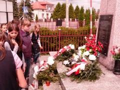 Uczniowie ZS zapalili znicze w 65. rocznicę zakończenia II Wojny Światowej